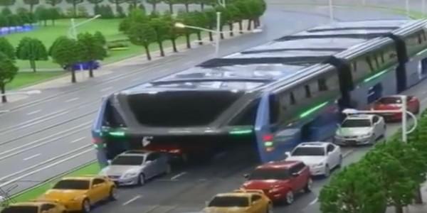 Поезд над машинами